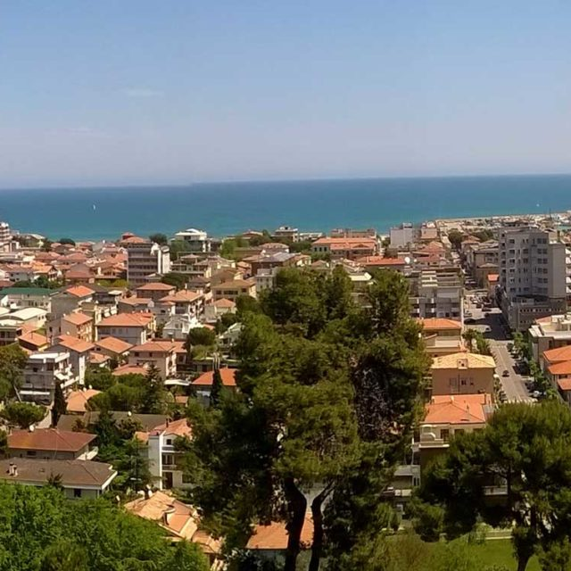 https://www.narramondovillas.it/wp-content/uploads/2017/01/Panoramica_dal_Belvedere_di_Giulianova-640x640.jpg